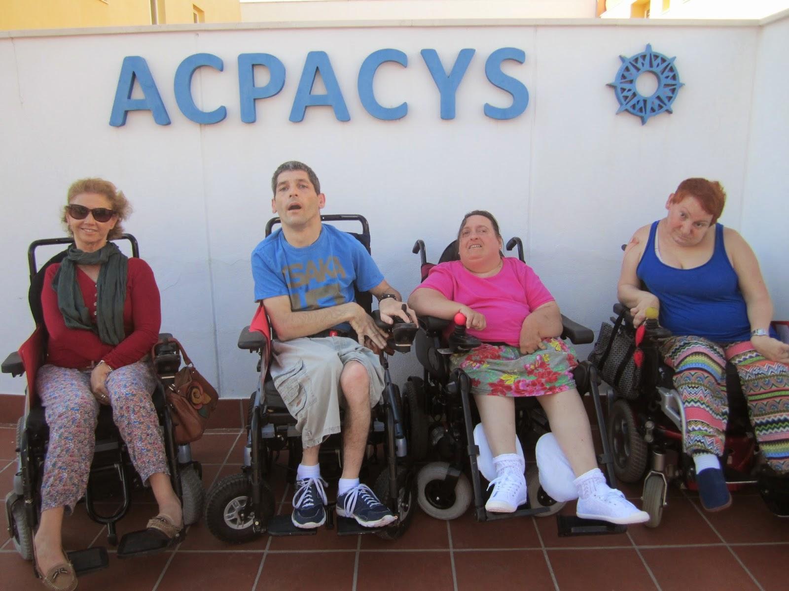 De izquierda a derecha  Ana, Manuel, Mª del Mar y Virtudes junto al logotipo de ACPACYS.