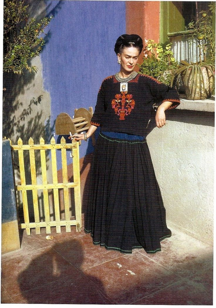 23 Beautiful Color Photos of Frida Kahlo From Between the ...