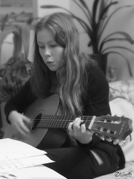 En ny singer-songwriter i vardande? Min egen Lilla A i full gång på gitarren.