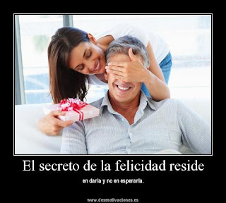 El secreto de la felicidad reside en darla y no en esperarla.