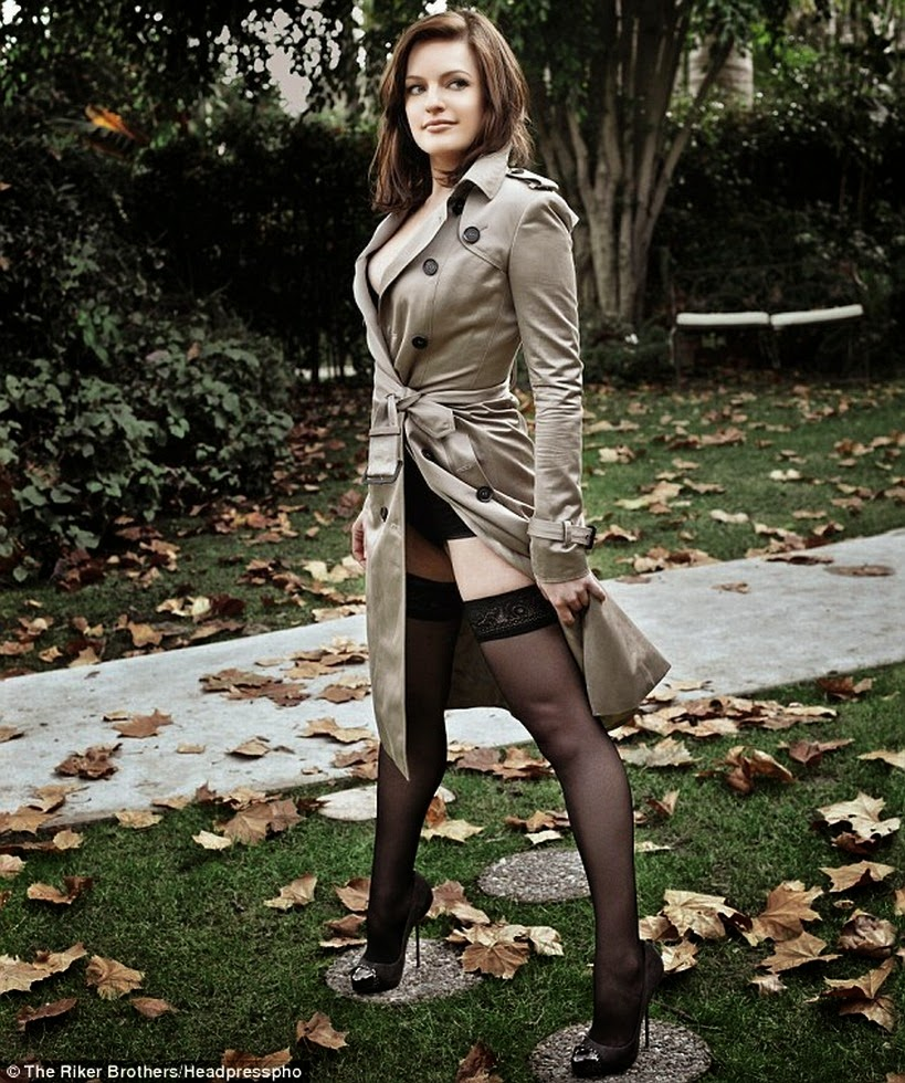 Elisabeth Moss has sexy legs in stockings