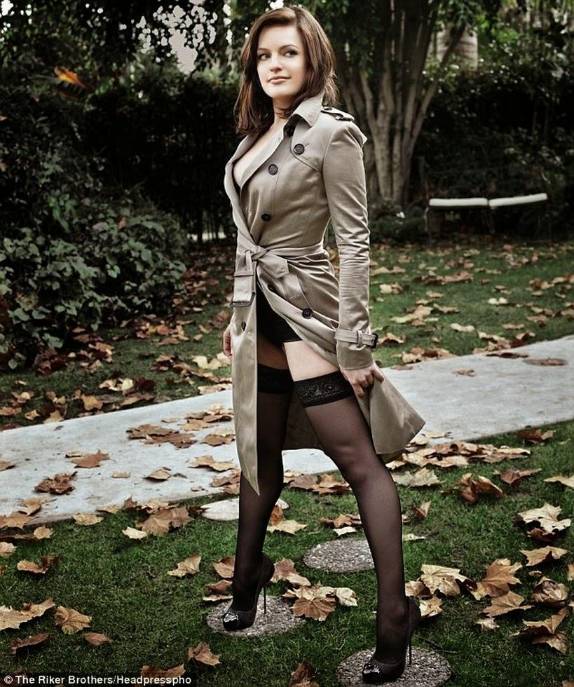 Elisabeth Moss has sexy legs in stockings