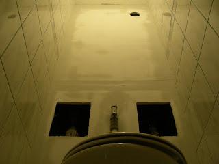 Békásmegyeri panellakás WC hátfalának a gipszkarton szerelése, és glettelése.