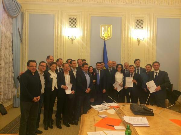 Пять демократических партий – победителей внеочередных парламентских выборов – подписали коалиционное соглашение перед первым заседанием Верховной Рады.