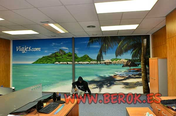 Mural de playa en oficinas de Wiprojects