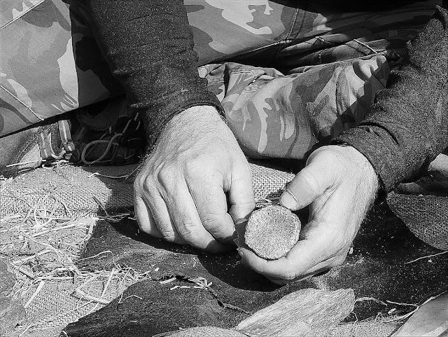 Allumer un feu à la préhistoire, avec de la marcassite et de l'amadou