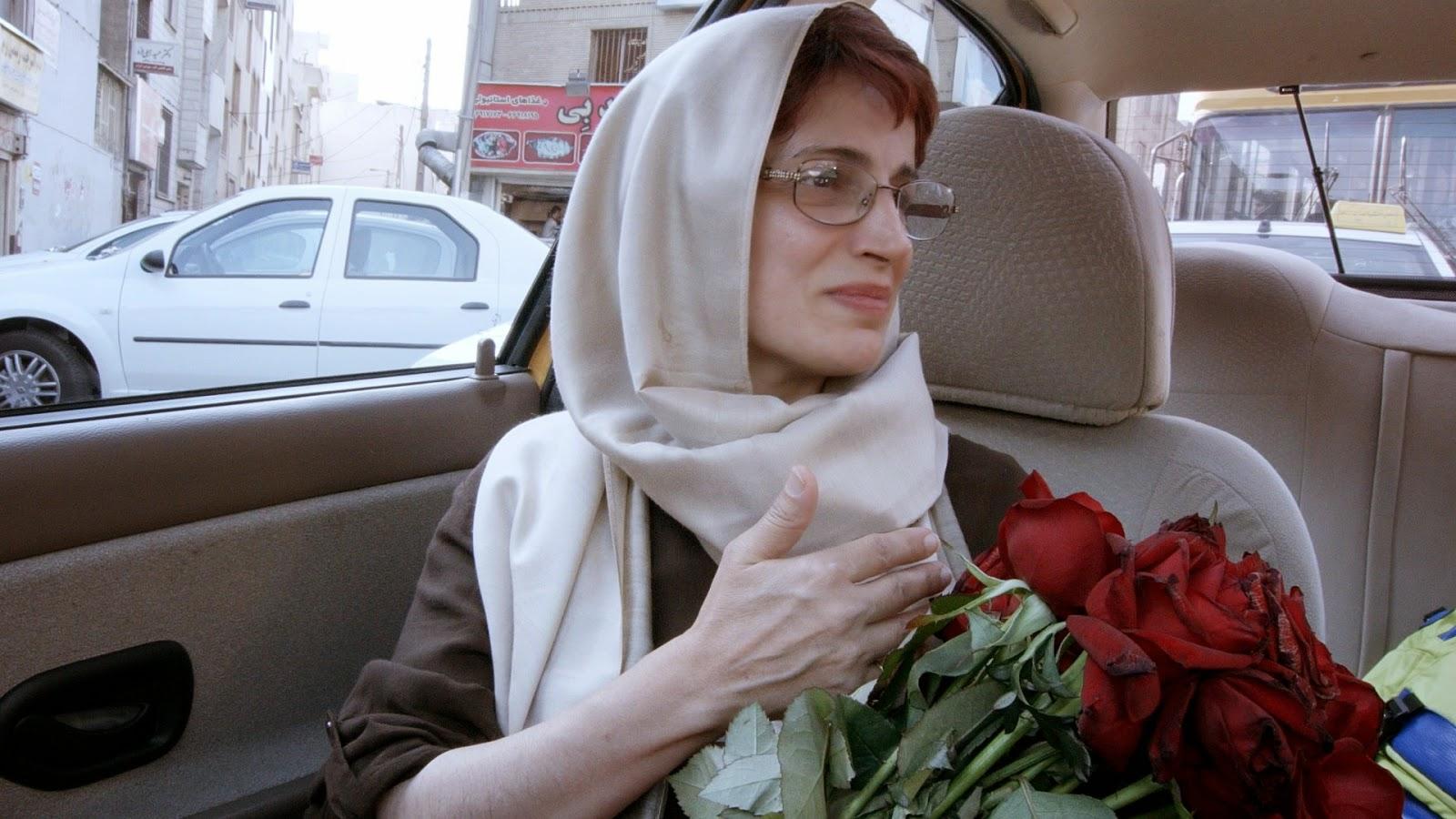 Dame aux fleurs dans Taxi Téhéran, aux côtés de Jafar Panahi