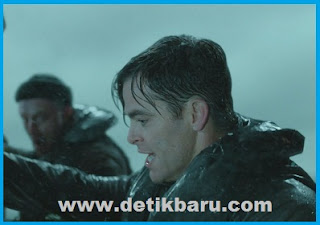 Chris Pine dalam salah satu adegan di film The Finest Hours