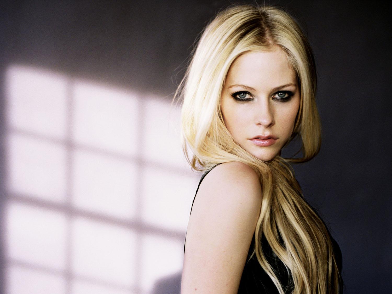 http://1.bp.blogspot.com/-EyG5oEkZcJY/T8TpVJibAdI/AAAAAAAAAMU/ZxMrhkqCvdc/s1600/Avril+Lavigne+kissher.jpg