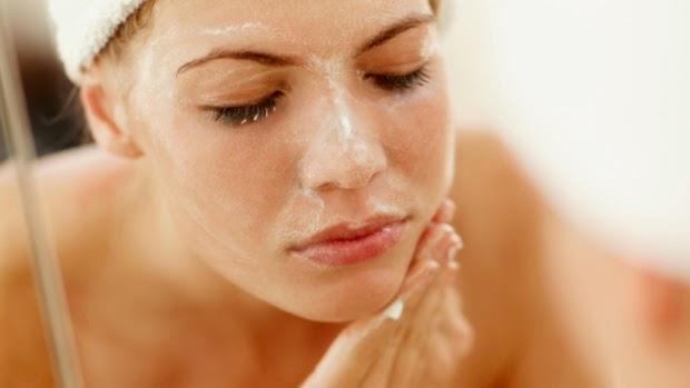 chica bonita lavándose la cara