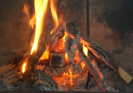 Drewno rozpala węglowe kostki