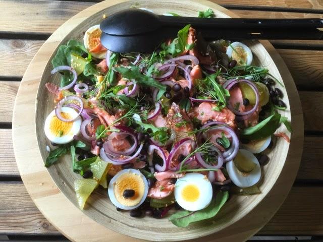 Savulohesta ja pavuista täyttävä salaatti.