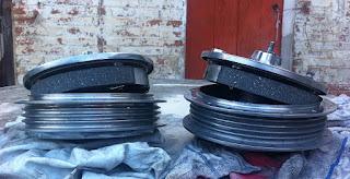 Los dos tambores de freno con sus zapatas recién forradas y ajustadas