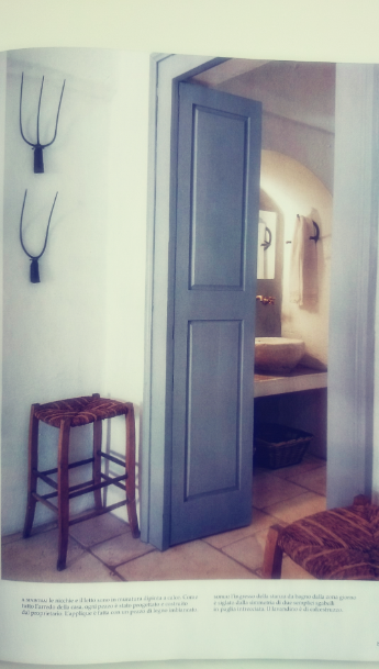 Detale z żeliwa na ścianie jako dekoracja sypialni, niebieskie drzwi