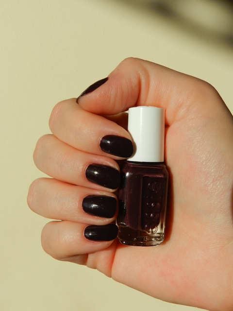 Unfade what fades: Essie nailpolish in Carry On