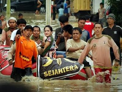 Relawan PKS bantu korban banjir Jakarta (Tribunnews)