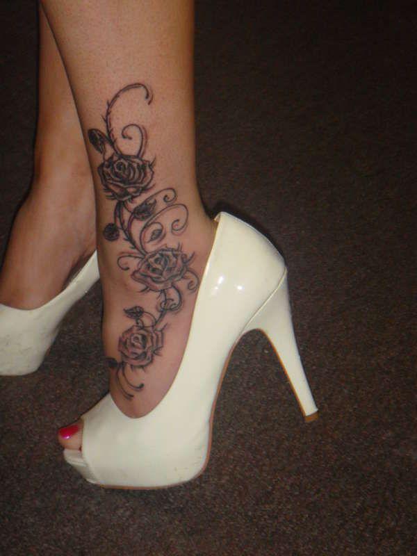 cheville tatouage blonde