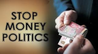 Mereka membagikan uang kepada warga untuk memilih salah satu pasangan calon pilkada