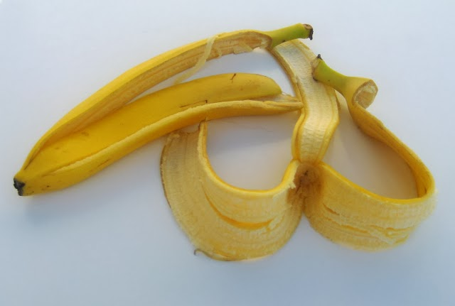 How to whiten your teeth with banana peels