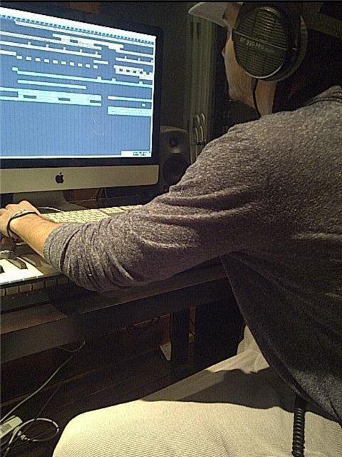 Down On You... - Página 2 Tom+in+the+studio