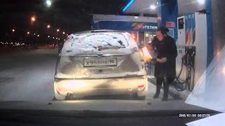 Ρωσίδα οδηγός θερμαίνει την αντλία της βενζίνης με έναν αναπτήρα! Δείτε τί έγινε...