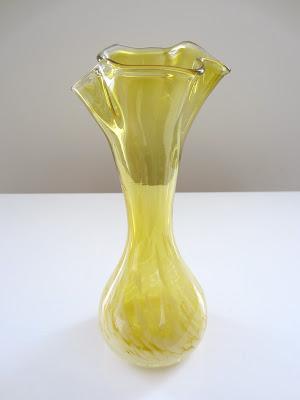 vintage et distinction vase en verre souffl jaune et. Black Bedroom Furniture Sets. Home Design Ideas