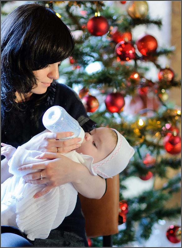 vaiko fotosesija prie kalėdinės eglutės