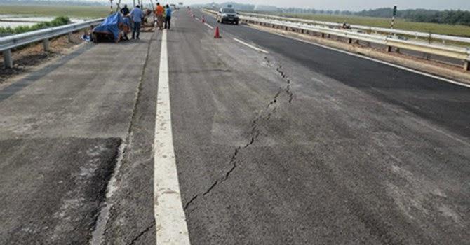 Lún nứt dài bất thường trên đường cao tốc Hà Nội - Lào Cai