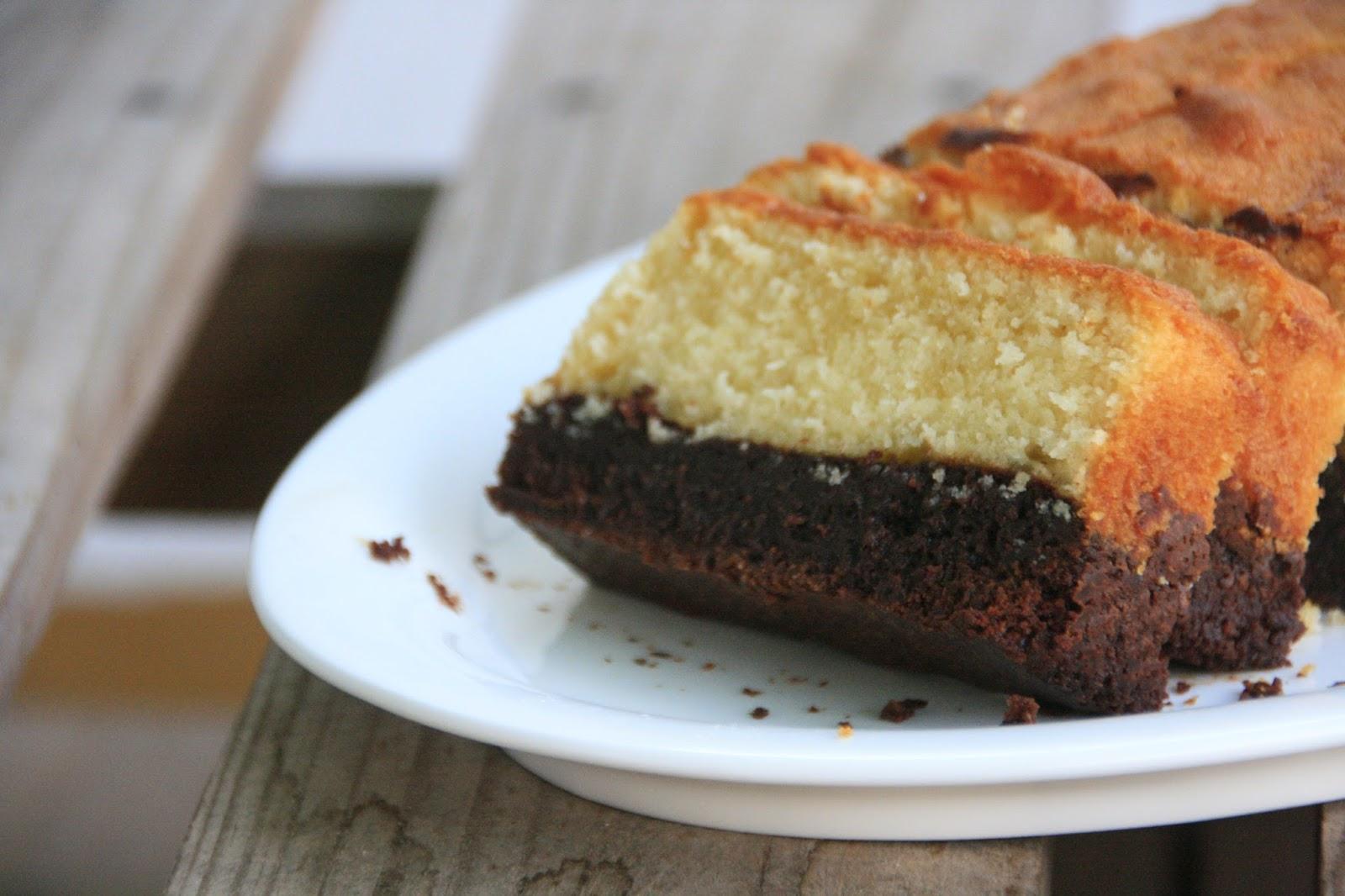 Brownie i pa de pessic de mantega per esmorzar en primer pla