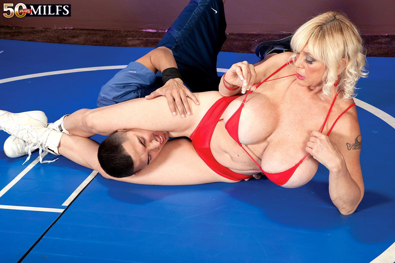 Секс с фитнес тренершой пышные формы 6 фотография