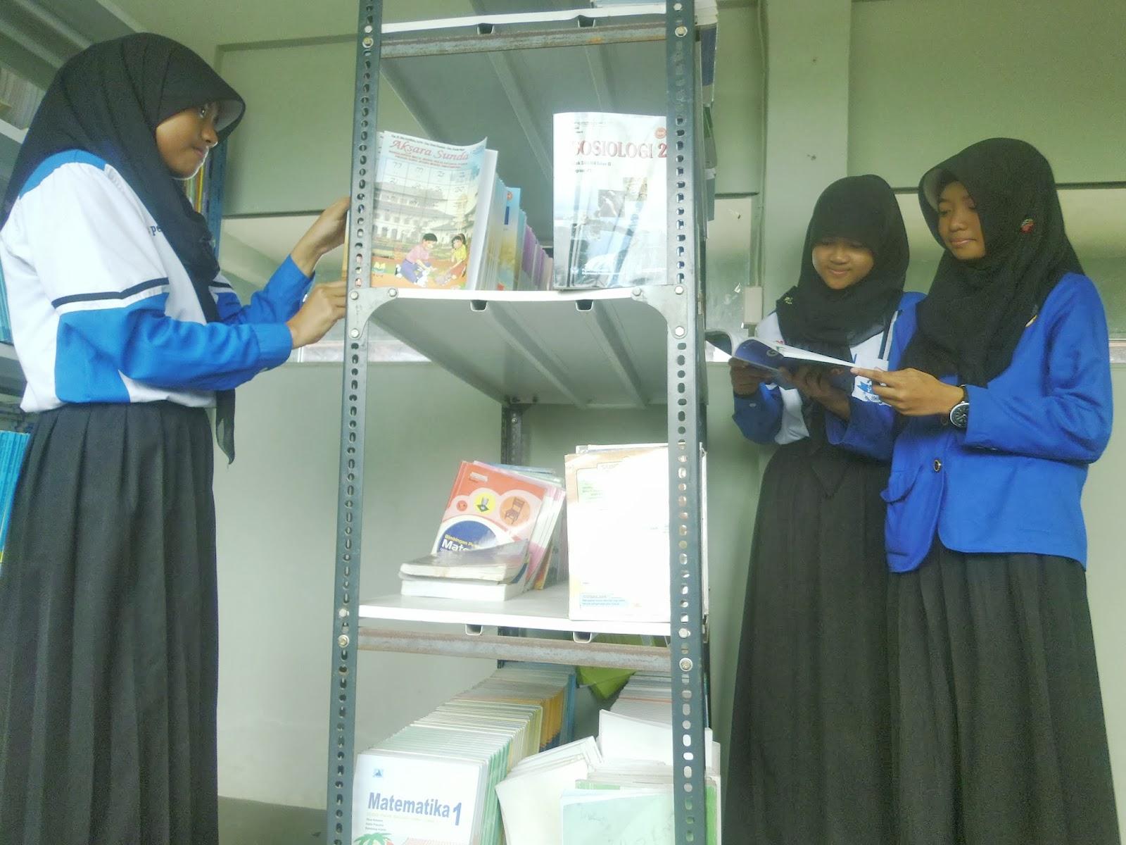 Teman-teman SMK Charnoest sedang mencari buku di perpustakaan