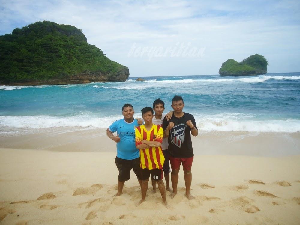 Fery Arifian dan kawan-kawan di Pantai Goa Cina Malang