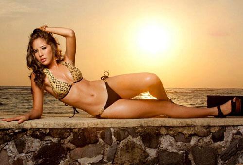 Maria Luisa Vicuna in bikini