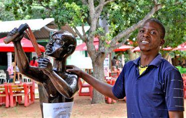 Maputo: Vendedores de artesanato querem sair da feira e voltar às ruas