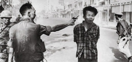 Foto-Foto dari Berbagai Peristiwa Masa Lalu Yang Paling Mengerikan, Mengejutkan, Menyedihkan dan Bikin Syok - eksekusi seorang tentara Viet Cong