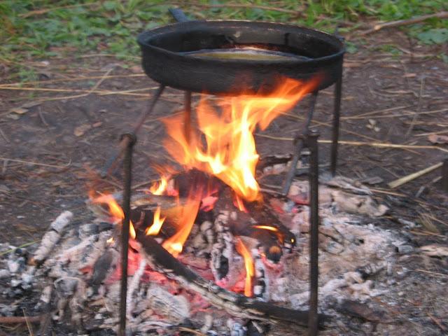 костер горит вовсю