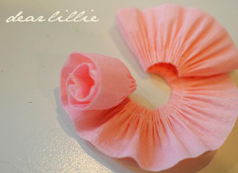 Сделать цветы из крепированной бумаги своими руками