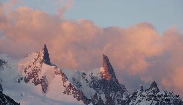 La Dent du Géant, les Arêtes de Rochefort sont éclairés par les premiers rayons du soleil