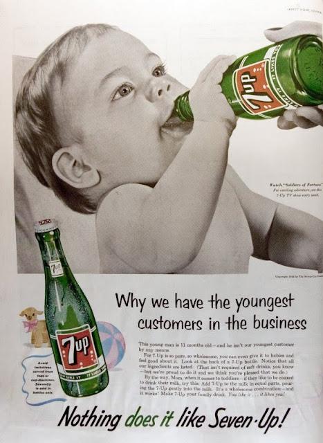 Bebê bebendo uma garrafa de Seven Up (7 UP) em 1955.