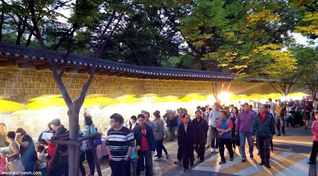 Festival nocturno en la calle Doldamgil del centro de Seúl