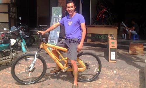 Giám đốc trẻ chuột gỗ tái khởi nghiệp với xe đạp