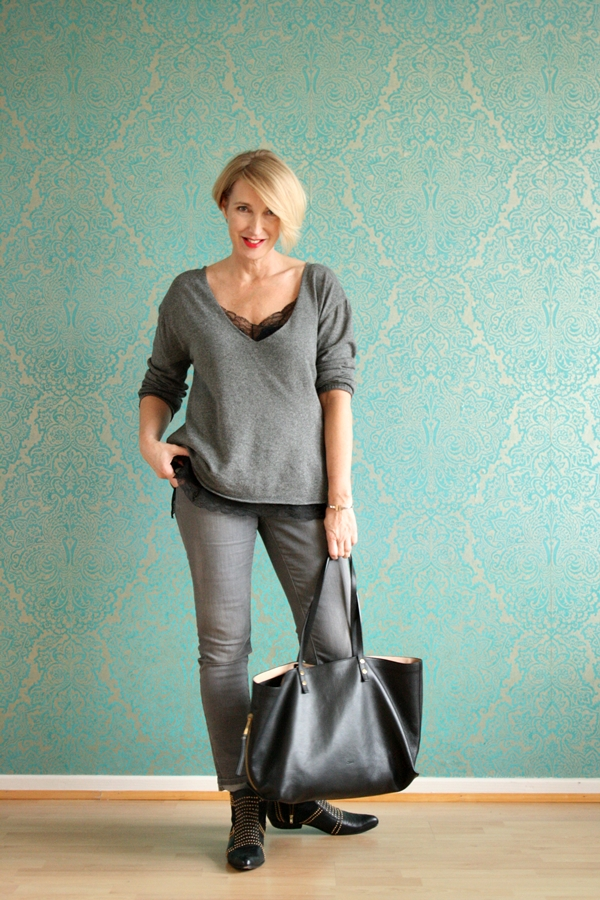 Graues Herbst-Outfit mit Anine Bing Stiefeletten