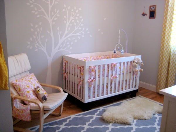 El dormitorio de un beb en blanco gris amarillo y rosa for Corredor deco blanco y gris