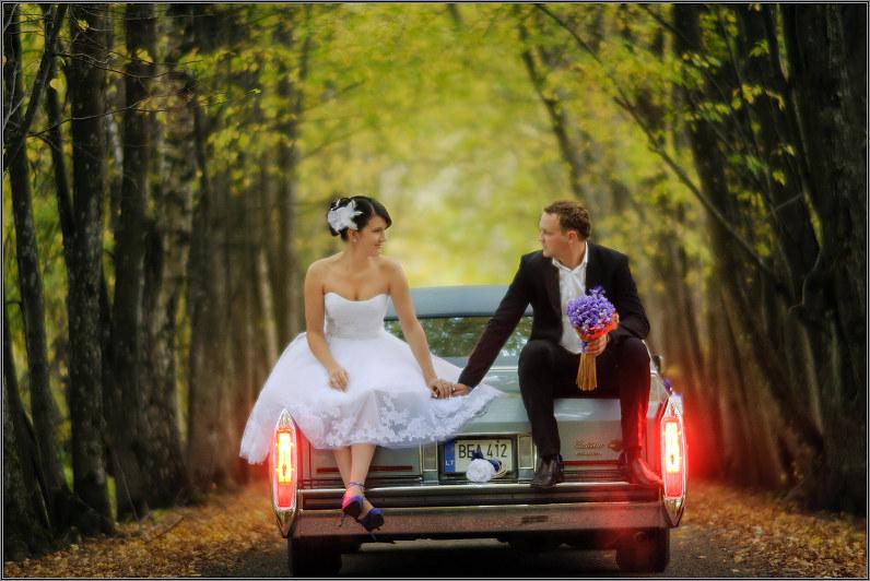 nereali vestuvinė fotografija su automobiliu