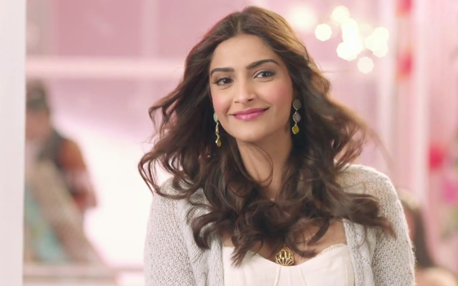 sonam kapoor smiling hd wallpapers