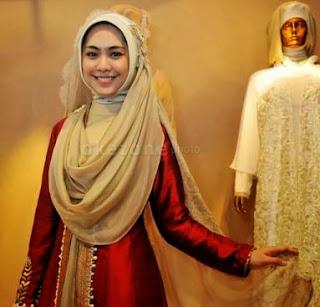 Foto Artis Cantik Oki Setiana Dewi Memakai Gaun Pengantin Muslim 2014