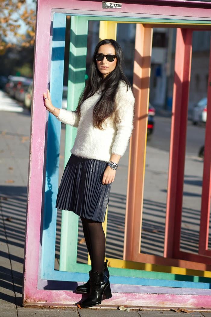 Look con falda plisada azul marino y jersey de pelo blanco
