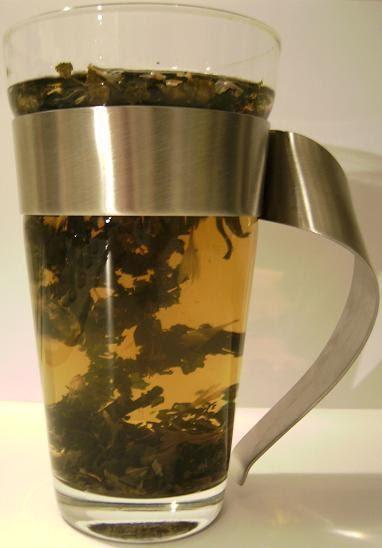 blattgold dr becker tee aus bl ttern der brennessel f r eine fr hjahrskur. Black Bedroom Furniture Sets. Home Design Ideas