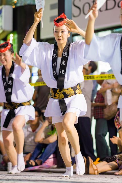 三鷹阿波踊り 道志連の女性の男踊り うちわ