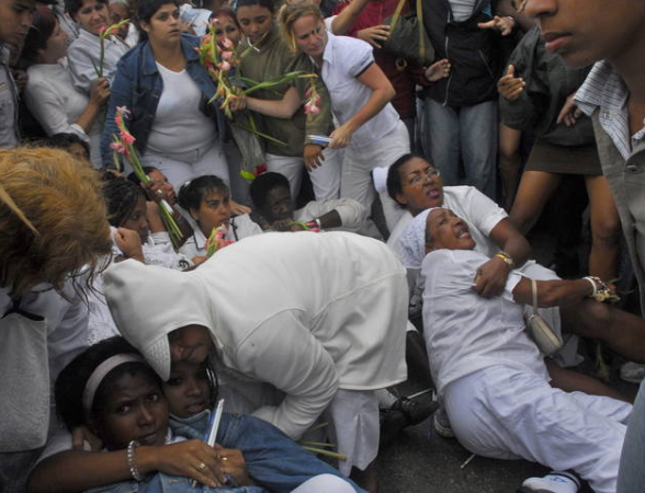 http://1.bp.blogspot.com/-F6HJ8ay7AHE/UNYukeRSKDI/AAAAAAAACH4/cuuoZLvW-0c/s1600/Represion+contra+Damas+de+Blanco.PNG